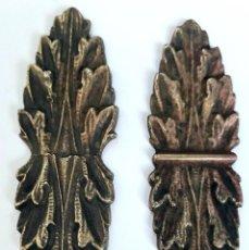 Antigüedades: DOS MODELOS DE HERRAJES EMBELLECEDORES DE BRONCE FUNDIDO, MOTIVO FLORAL MODERNISTA. Lote 257703320
