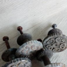 Antigüedades: MUY ANTIGUOS TIRADORES METÁLICOS PARA MUEBLES. Lote 258507325