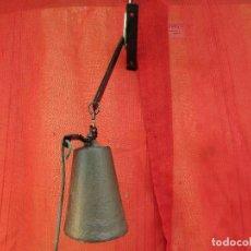 Antiquités: CAMPANA DE ENTRADA. ANTIGUA. HIERRO. PARA FACHADA. CON BRAZO. Lote 258997815