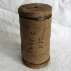 Antigüedades: BOBINA DE MADERA HILO RESISTIVO PARA FABRICAR RESISTENCIAS 1300ºC, 0,15 MM DE DIÁMETRO. Lote 258998310