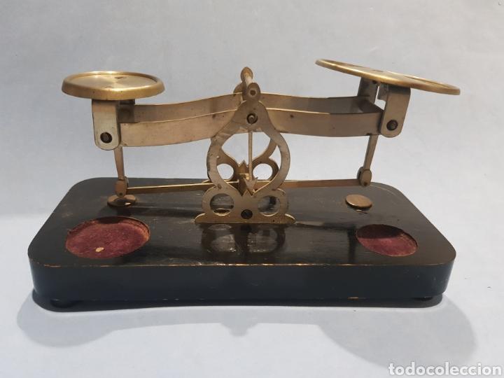 BALANZA DE CARTAS METAL Y BASE DE MADERA, SIN PESAS (Antigüedades - Técnicas - Medidas de Peso - Balanzas Antiguas)