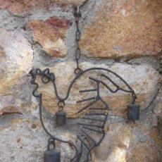 Oggetti Antichi: COLGANTE DE FORJA 40 CM CON CENCERROS. Lote 259710345