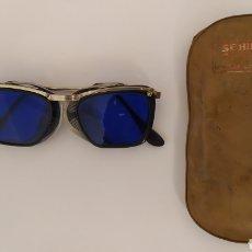 Antigüedades: GAFAS DE SEGURIDAD MARCA SEHILA CON LENTES AZULES. VINTAGE AÑO 1963. Lote 259830470