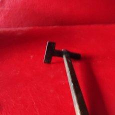 Antigüedades: RARO Y CURIOSO MARTILLO DE CARPINTERO DE CHAPAR. Lote 259915140