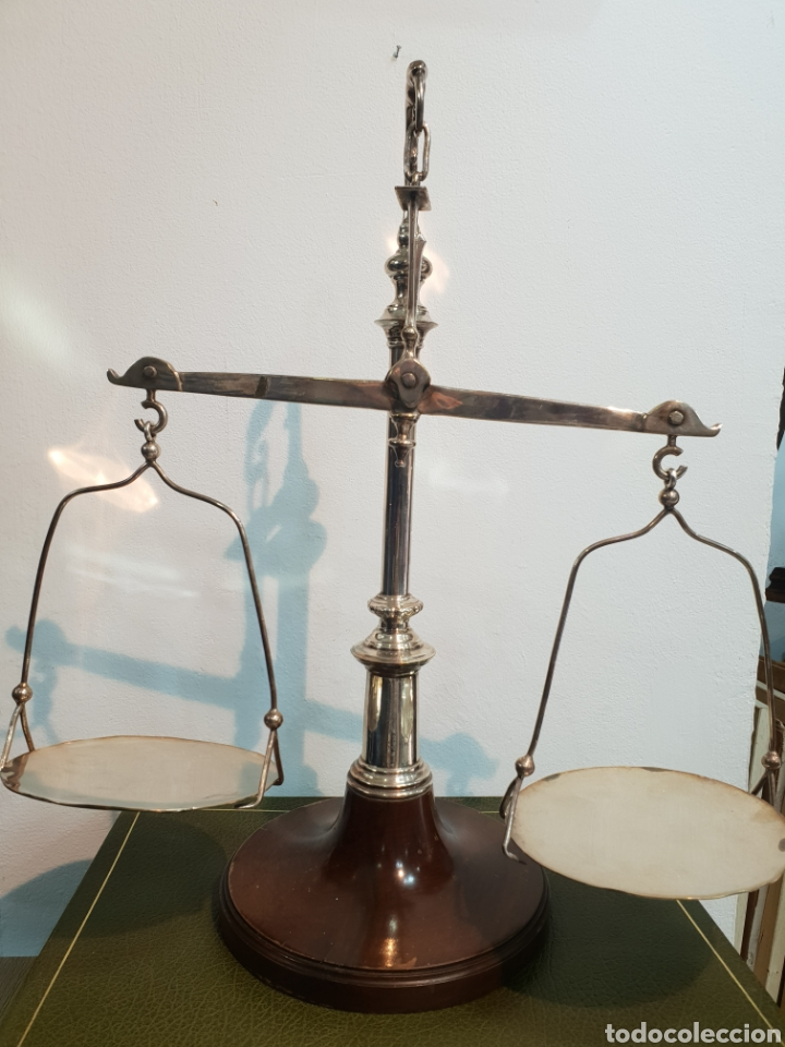 PRECIOSA BALANZA DE JUSTICIA BAÑADA EN PLATA . FADRICADA EN ESPAÑA . EDEAÑ PARA DECORAR UN DESPACHO (Antigüedades - Técnicas - Medidas de Peso - Balanzas Antiguas)