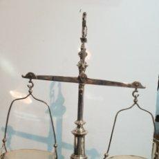 Antigüedades: PRECIOSA BALANZA DE JUSTICIA BAÑADA EN PLATA . FADRICADA EN ESPAÑA . EDEAÑ PARA DECORAR UN DESPACHO. Lote 260324515