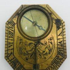 Antigüedades: RELOJ DE SOL CON BRÚJULA EN LATÓN DORADO GRABADO, DE PRINCIPIOS DEL SIGLO XX.. Lote 260873790