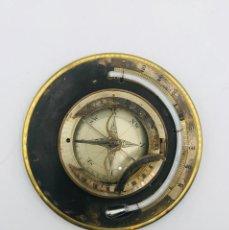 Antigüedades: BRÚJULA CON TERMÓMETRO EN METAL Y LATÓN DORADO, DE LA PRIMERA MITAD DEL SIGLO XX.. Lote 260874345