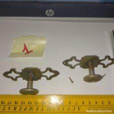 Antigüedades: ANTIGUA PAREJA N1 TIRADORES POMOS PARA MUEBLES COMODAS CAJONES ARMARIOS ETC METAL VER MEDIDAS LEER. Lote 261128855