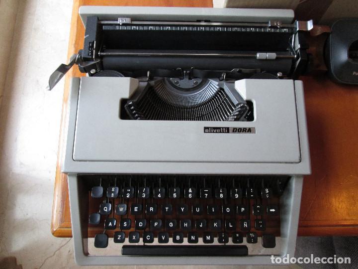 MAQUINA DE ESCRIBIR OLIVETTI DORA - COLOR GRIS CLARO - ESTUCHE VERDE (Antigüedades - Técnicas - Máquinas de Escribir Antiguas - Otras)
