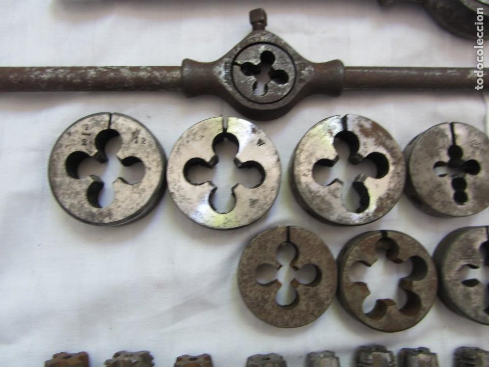 Antigüedades: Gran lote de terrajas y machos para hacer roscas, varios portaterrajas - Foto 3 - 261222485