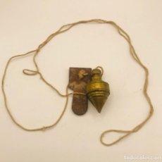 Antigüedades: ANTIGUA PLOMADA O NIVEL DE ALBAÑIL EN BRONCE DORADO.. Lote 261796570