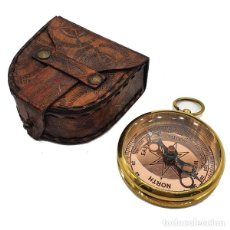 Antigüedades: BRÚJULA NÁUTICA EN FUNDA DE PIEL. Lote 261812405