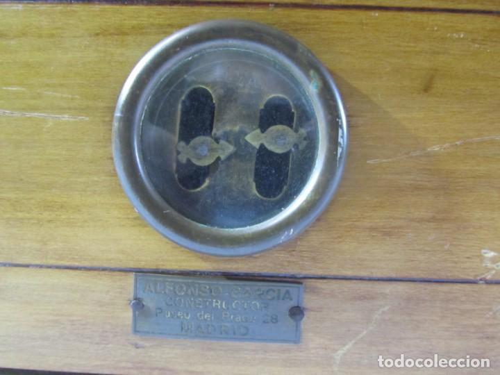 Antigüedades: Báscula o balanza madera y mármol, bandejas de latón, Alfonso García Constructor Madrid 10 kg - Foto 4 - 262059510