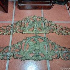 Antigüedades: PAREJA DE REMATES DE MUEBLE - CAMA - PUERTA - ÁGUILAS DE BRONCE -. Lote 262114315