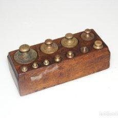 Antigüedades: JUEGO DE 11 PESAS PARA BALANZA ANTIGUA - SOPORTE DE MADERA ORIGINAL.. Lote 262187500