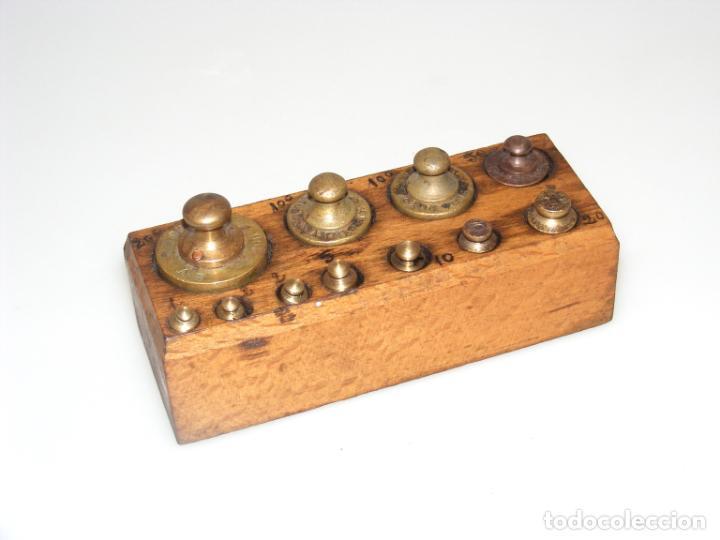 JUEGO DE 11 PESAS PARA BALANZA ANTIGUA - SOPORTE DE MADERA ORIGINAL. (Antigüedades - Técnicas - Medidas de Peso - Balanzas Antiguas)