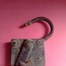 Antigüedades: GRAN CANDADO ANTIGUO DE HIERRO CON LLAVE , FUNCIONA PERFECTAMENTE. Lote 262301010