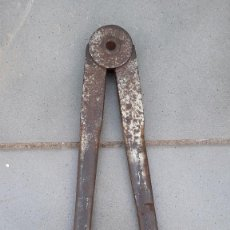 Antigüedades: GRAN COMPAS MACIZO DE HIERRO, 1352G, 41CM APROX DE LARGO, ANCHO MAXIMO 2,5CM APROX. Lote 262367425