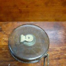Antigüedades: ANTIGUA CINTA MÉTRICA DE 10 METROS DE CUERO, LATÓN Y TELA, AÑOS 30/40. MUY BONITO, PIEZA DE CALIDAD.. Lote 262473555