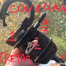 Antiquités: GRANDE CANDADO ANTIGUO DE HIERRO CON 4 LLAVES, PARA 4 CERRADURAS OCULTAS, FUNCIONANDO. Lote 262856295