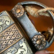 Antiquités: ANTIGUO CANDADO MUY DECORADO CON GRABADOS EN LATON CON LLAVE. Lote 262926425