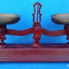 Antigüedades: BALANZA DE PLATOS ANTIGUA, EN PERFECTO ESTADO. 34 CMS ANCHO, 17.5 CMS ALTURA Y 11.5 CMS FONDO. Lote 263083015
