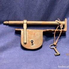 Antigüedades: GRAN CANDADO HIERRO FORJA DE BARRA CON LLAVE S XVIII 12X26CMS. Lote 263190310