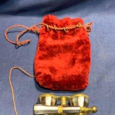 Antigüedades: PRISMATICOS BINOCULARES TEATRO BRONCE NACAR VILLASANTE PROVEE REAL CASA MADRID 3,5X10X6,5CMS. Lote 260703940