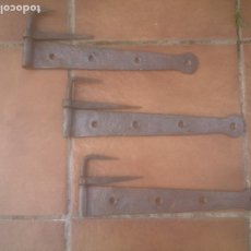 Antigüedades: LOTE DE 3 ANTIGUAS BISAGRAS DE PORTON DE FORJA. Lote 263269670