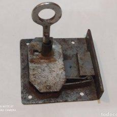 Antigüedades: ANTIGUA CERRADURA HIERRO FORJADO SIGLO XIX CON LLAVE. Lote 263545130