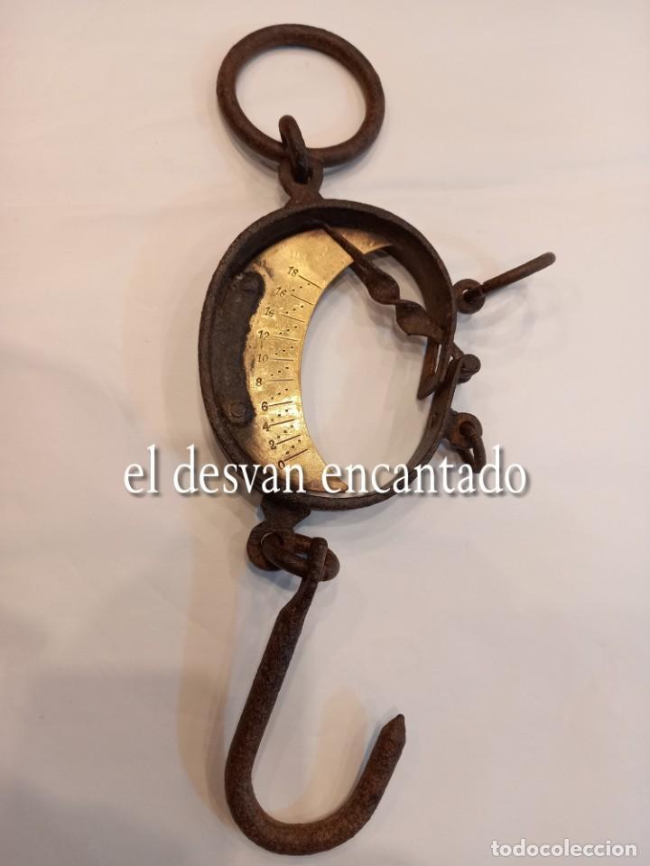 Antigüedades: Muy antigua báscula de colgar de hierro forjado y bronce. Hasta 150 kgs. VER FOTOS - Foto 7 - 263545690