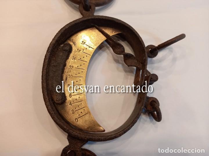 Antigüedades: Muy antigua báscula de colgar de hierro forjado y bronce. Hasta 150 kgs. VER FOTOS - Foto 2 - 263545690