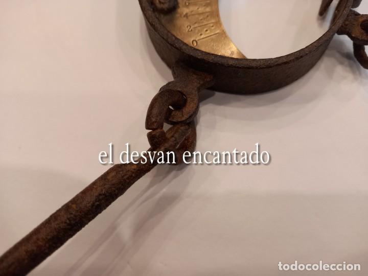 Antigüedades: Muy antigua báscula de colgar de hierro forjado y bronce. Hasta 150 kgs. VER FOTOS - Foto 3 - 263545690