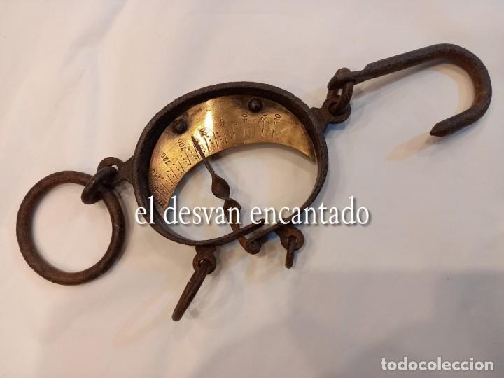 Antigüedades: Muy antigua báscula de colgar de hierro forjado y bronce. Hasta 150 kgs. VER FOTOS - Foto 4 - 263545690