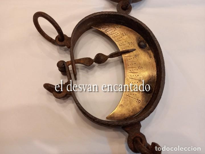 Antigüedades: Muy antigua báscula de colgar de hierro forjado y bronce. Hasta 150 kgs. VER FOTOS - Foto 5 - 263545690