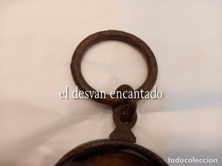 Antigüedades: Muy antigua báscula de colgar de hierro forjado y bronce. Hasta 150 kgs. VER FOTOS - Foto 6 - 263545690