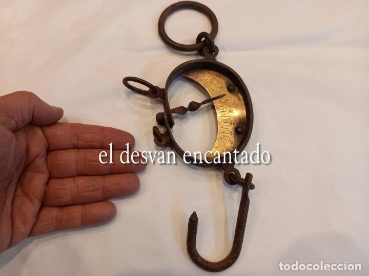 MUY ANTIGUA BÁSCULA DE COLGAR DE HIERRO FORJADO Y BRONCE. HASTA 150 KGS. VER FOTOS (Antigüedades - Técnicas - Medidas de Peso - Romanas Antiguas)