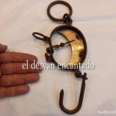 Antigüedades: MUY ANTIGUA BÁSCULA DE COLGAR DE HIERRO FORJADO Y BRONCE. HASTA 150 KGS. VER FOTOS. Lote 263545690