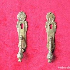 Antigüedades: 2 TIRADORES CON BOCALLAVE PARA VITRINA O CAJÓN EN BRONCE, PERFECTO ESTADO. Lote 263728460