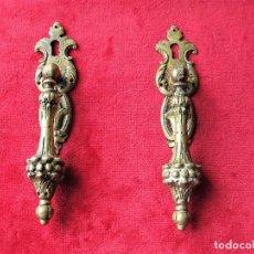 Antigüedades: 2 TIRADORES CON BOCALLAVE PARA VITRINA O CAJÓN EN BRONCE, PERFECTO ESTADO. Lote 263729780