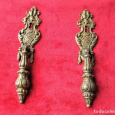 Antigüedades: 2 TIRADORES GRANDES CON BOCALLAVE PARA VITRINA O CAJÓN EN BRONCE, PERFECTO ESTADO. Lote 263729910