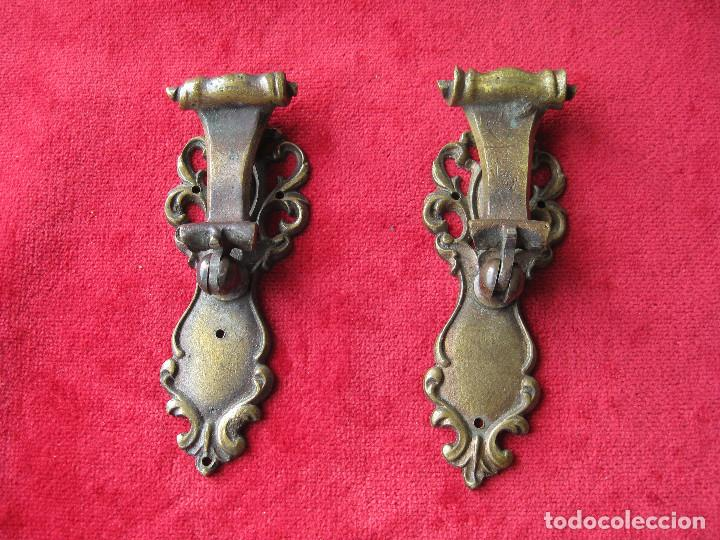 Antigüedades: 2 TIRADORES CON BOCALLAVE PARA VITRINA O CAJÓN EN BRONCE, BUEN ESTADO - Foto 2 - 263730090