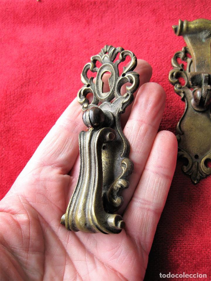 Antigüedades: 2 TIRADORES CON BOCALLAVE PARA VITRINA O CAJÓN EN BRONCE, BUEN ESTADO - Foto 3 - 263730090