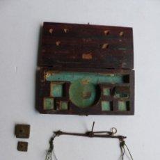 Antigüedades: BALANZA DE MONEDAS - MADERA - PRINCIPIOS DEL SIGLO XX - VER FOTOS ADICIONALES. Lote 263754015