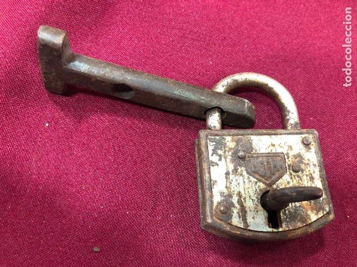 ANTIGUO CANDADO DE METAL UCEM CON LLAVE - MEDIDA 6,5X4,5 CM (Antigüedades - Técnicas - Cerrajería y Forja - Candados Antiguos)