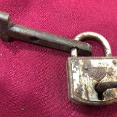 Antiquités: ANTIGUO CANDADO DE METAL UCEM CON LLAVE - MEDIDA 6,5X4,5 CM. Lote 263911615