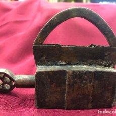 Antiquités: ESPECTACULAR CANDADO DE HIERRO SCON LLAVE DE CIERRE Y APERTURA - MEDIDA 9X8 CM. Lote 263912220