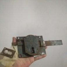 Antigüedades: CERRADURA MUY ANTIGUA DE FORJA. Lote 264083430