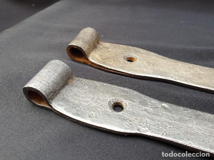 Antigüedades: Pareja de bisagras de forja con sus clavos. Manufactura artesanal en fragua. - Foto 3 - 264236908